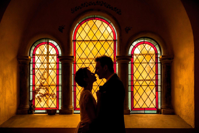Photo de couple avec vitraux dans la chapelle a Loulans