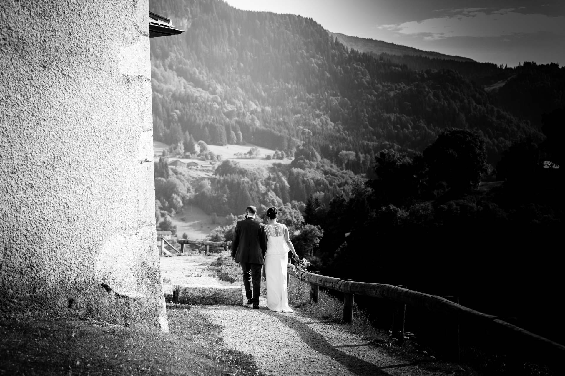 Mariage Mont Saxonnex couple marchant pres de l'eglise