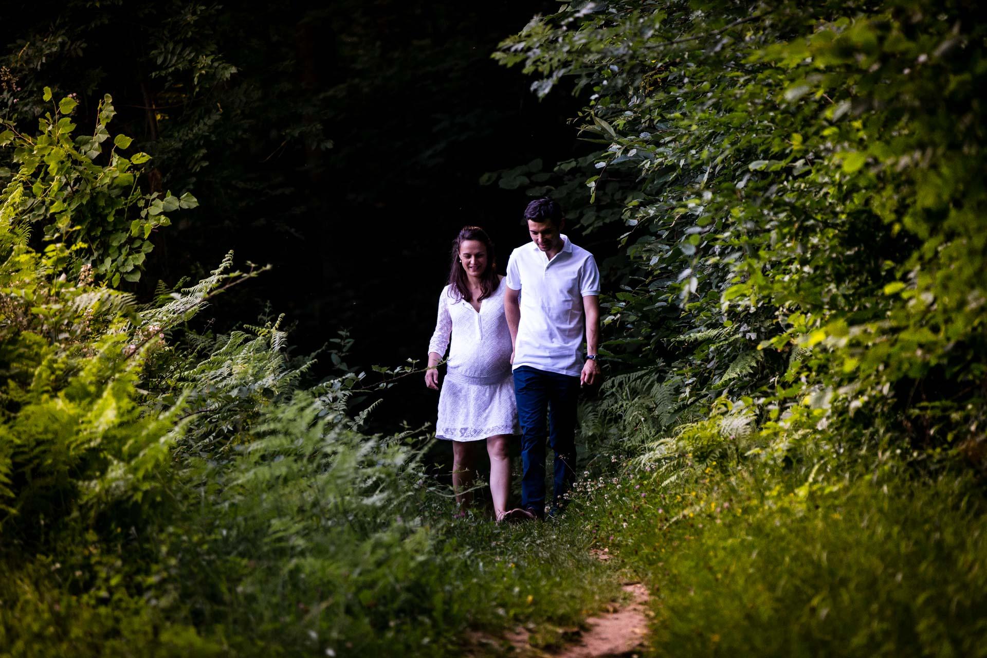 Seance Engagement Divonne Mont Mussy couple se promenant