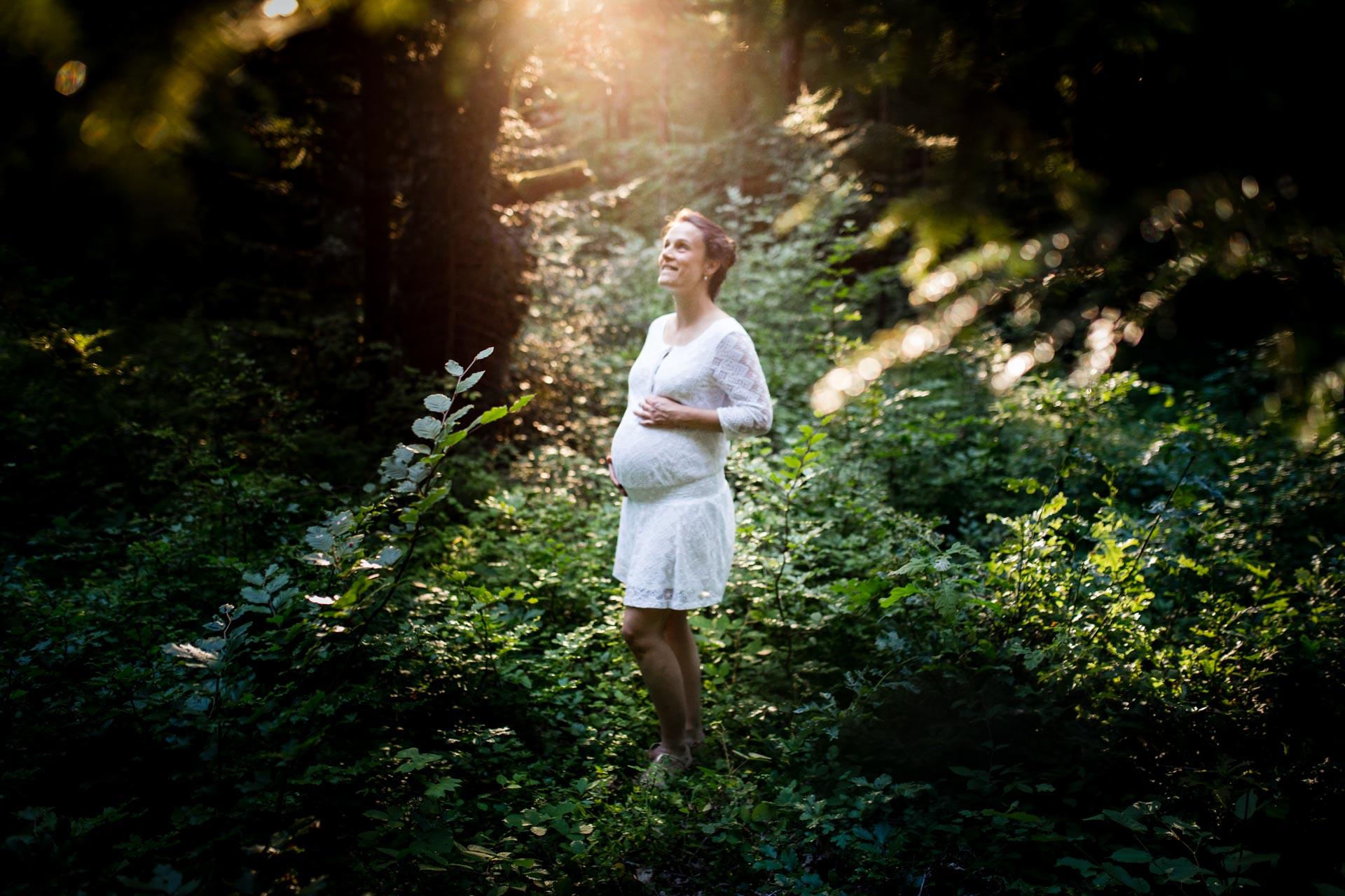 Photo de couple Engagement Divonne Mont Mussy femme enceinte dans puits de lumiere superbe