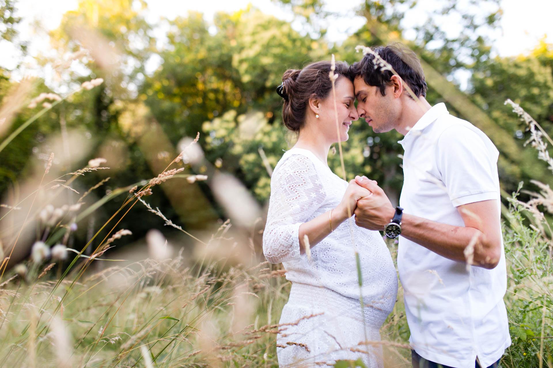 Seance Engagement Divonne Mont Mussy Clairiere photos de couple entre herbes
